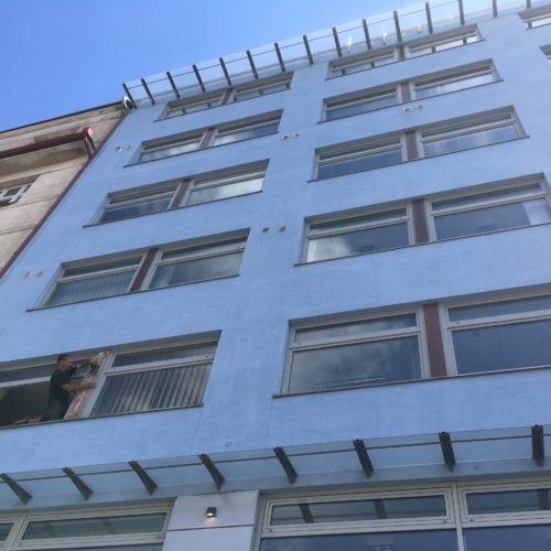 Broušení a nátěr dřevěných částí fasády, Na Žertvách, Praha 8.