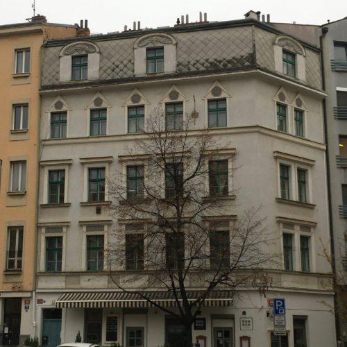 Uliční fasáda před renovací, Záhřebská, Praha 2