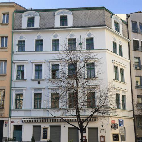 Uliční fasáda po kompletní renovaci, Záhřebská, Praha 2